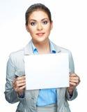 微笑的女商人举行空白板 标志板 免版税库存图片