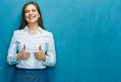 微笑的女商人展示赞许 免版税库存照片