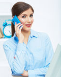 微笑的女商人电话中心操作员画象在工作 免版税图库摄影