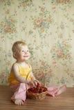 微笑的女婴用草莓 库存照片