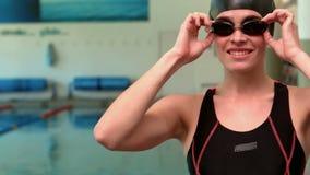 微笑的女子游泳者佩带的风镜 股票录像