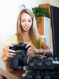微笑的女孩与photocamera一起使用 库存照片