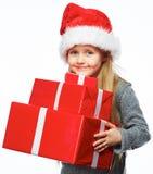 微笑的女孩举行圣诞节礼物 查出的纵向 免版税库存图片