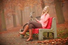 微笑的女孩听的音乐 库存图片