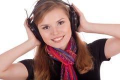 微笑的女孩听的音乐 免版税库存照片