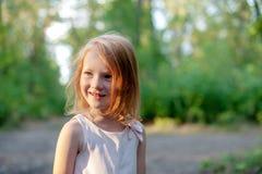 微笑的女孩在森林里 图库摄影