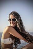 微笑的女孩在海边 库存图片