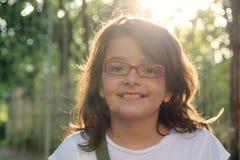 微笑的女孩在阳光下 免版税图库摄影