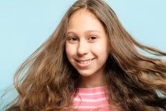 微笑的女孩头发飞行风haircare健康 库存照片