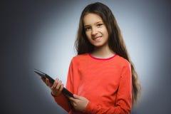 微笑的女孩或少年有片剂个人计算机计算机的 库存图片