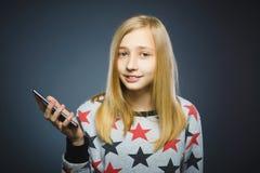 微笑的女孩或少年有片剂个人计算机计算机的 免版税图库摄影