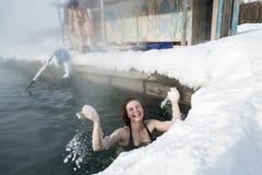 微笑的女孩有热量浴在温泉水池 免版税库存照片