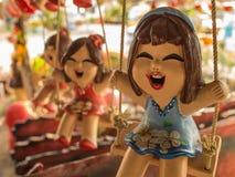 微笑的女孩玩偶开会摇摆 免版税库存照片