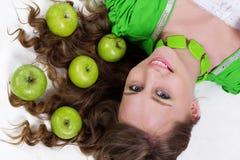 微笑的女孩用开胃苹果,健康食物 免版税库存照片