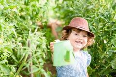 微笑的女孩自温室 免版税库存图片