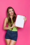 微笑的女孩藏品剪贴板 免版税库存照片