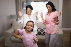 微笑的女孩跳舞画象与家庭的 库存照片