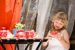 微笑的女孩饮用的茶 库存图片
