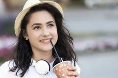 年轻微笑的女孩,有帽子的一个少年 库存照片