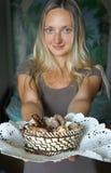 微笑的女孩,盘巧克力 免版税库存照片