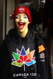 微笑的女孩,红色帽子,夹克,体育商店,加拿大150 免版税图库摄影