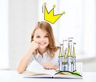 微笑的女孩读书童话在家 库存照片