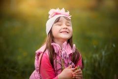 微笑的女孩画象花 免版税库存图片
