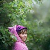 微笑的女孩画象花 免版税图库摄影