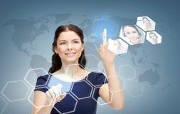 微笑的女实业家与虚屏一起使用 免版税库存照片