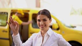 微笑的女实业家展示ok 被弄脏的送货车和传讯者在背景 股票视频