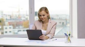 微笑的女实业家或学生有片剂个人计算机的 股票录像