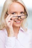 微笑的女实业家或秘书在办公室 库存照片