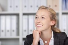 微笑的女实业家用在看的奇恩角的手  免版税库存图片