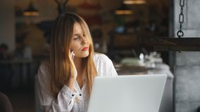 微笑的女实业家谈话在电话和谈论计划 影视素材