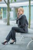 微笑的女实业家谈话通过电话 免版税库存照片