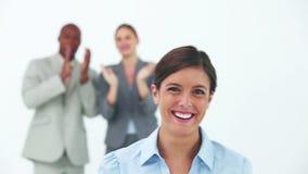 微笑的女实业家,当她的同事祝贺她时 股票录像