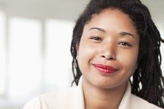 微笑的女实业家画象有dreadlocks,首肩的 免版税库存图片