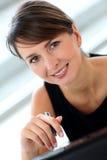 微笑的女实业家 图库摄影