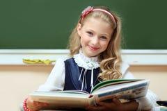 微笑的女小学生 库存照片