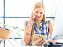 微笑的女性办公室工作者画象有机动性的 免版税库存图片