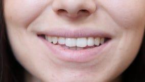微笑的女性嘴唇 免版税图库摄影