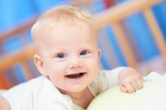 微笑的女性婴孩三个月 免版税库存照片