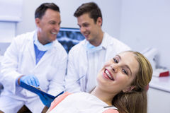 微笑的女性患者画象坐牙齿椅子 免版税图库摄影