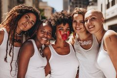 微笑的女性抗议为妇女权利 免版税图库摄影