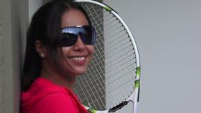 微笑的女性网球员佩带的太阳镜 股票视频