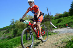 微笑的女性骑自行车的人 免版税库存照片