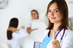 微笑的女性医学篡改拿着文件垫和显示 库存图片