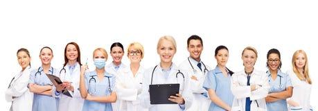 微笑的女性医生和护士有听诊器的 库存照片