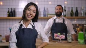 微笑的女服务员佩带的制服画象  股票视频