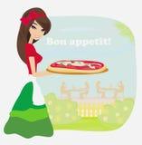 微笑的女服务员服务薄饼 免版税库存图片